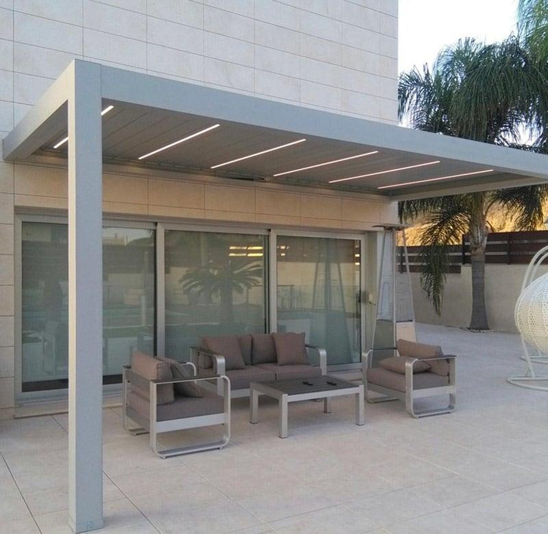 pergola addossata in alluminio in terrazzo con piscina