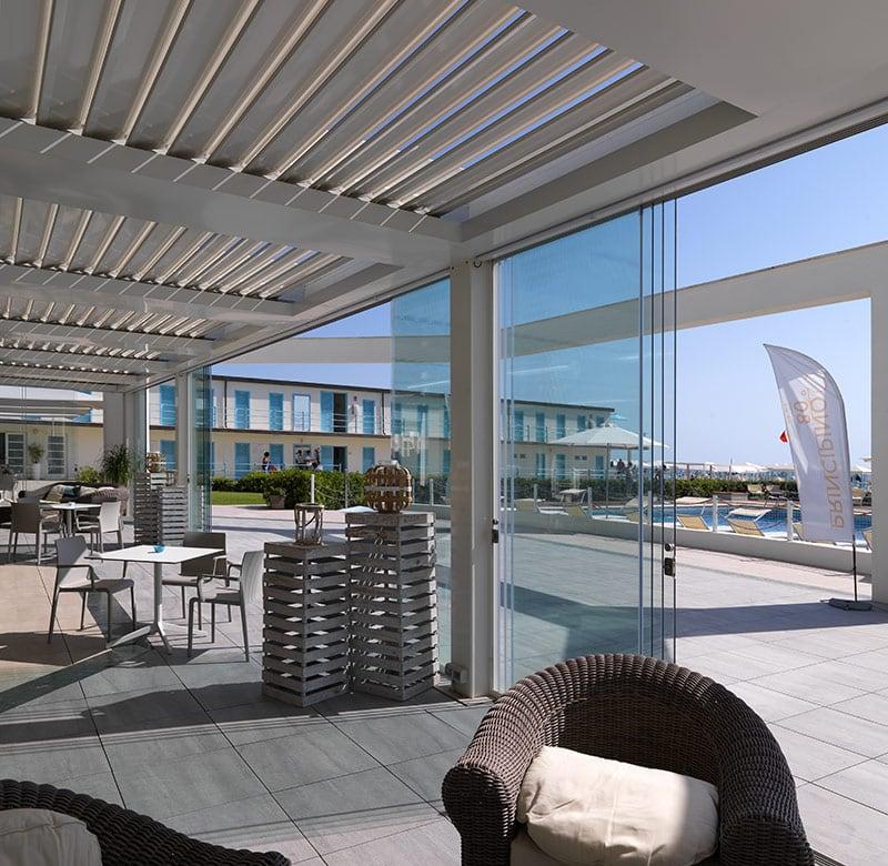 pergolati in aluminio con vetrate scorevoli panoramiche