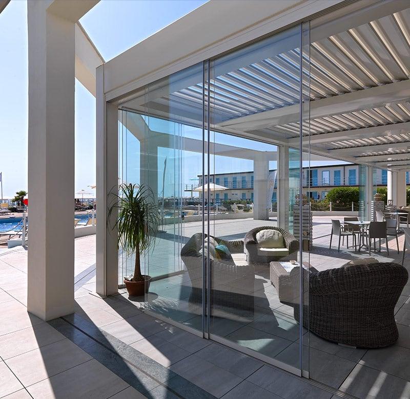 pergola in resort con piscina con vetrate scorrevoli