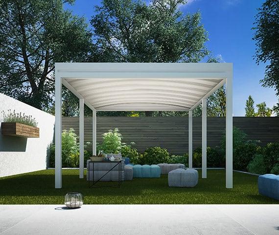 pergotenda in alluminio autoportante bianca in giardino